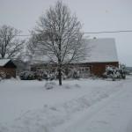 k-Hof mit Auffahrt im Winter
